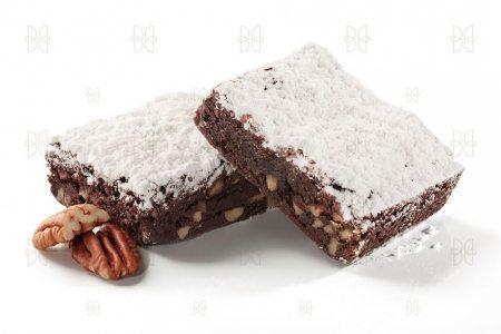 Delicioso brownie de chocolate oscuro con nueces crujientes
