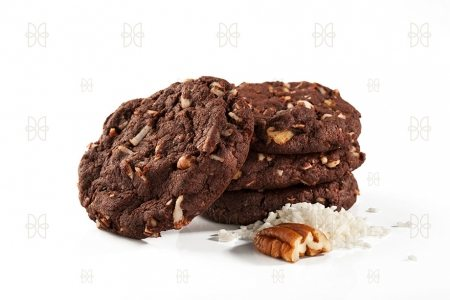 Crujientes galletas de chocolate con nuez y coco.