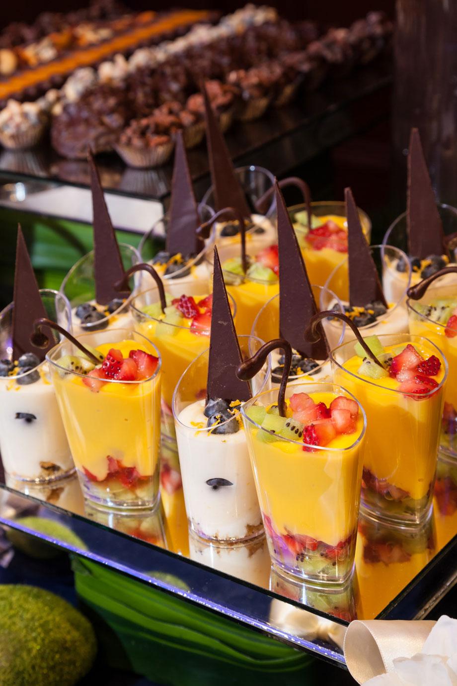 Mesas de postres chocolates finos mesa de chocolates for Mesas dulces para eventos